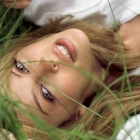 Обои kylie minogue in grass