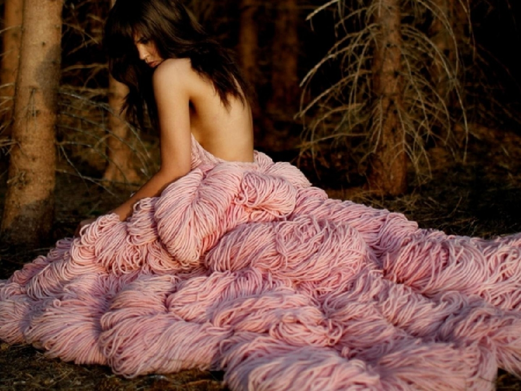 girl in extravagant pink dress в разрешении 1024x768 для iPad 2