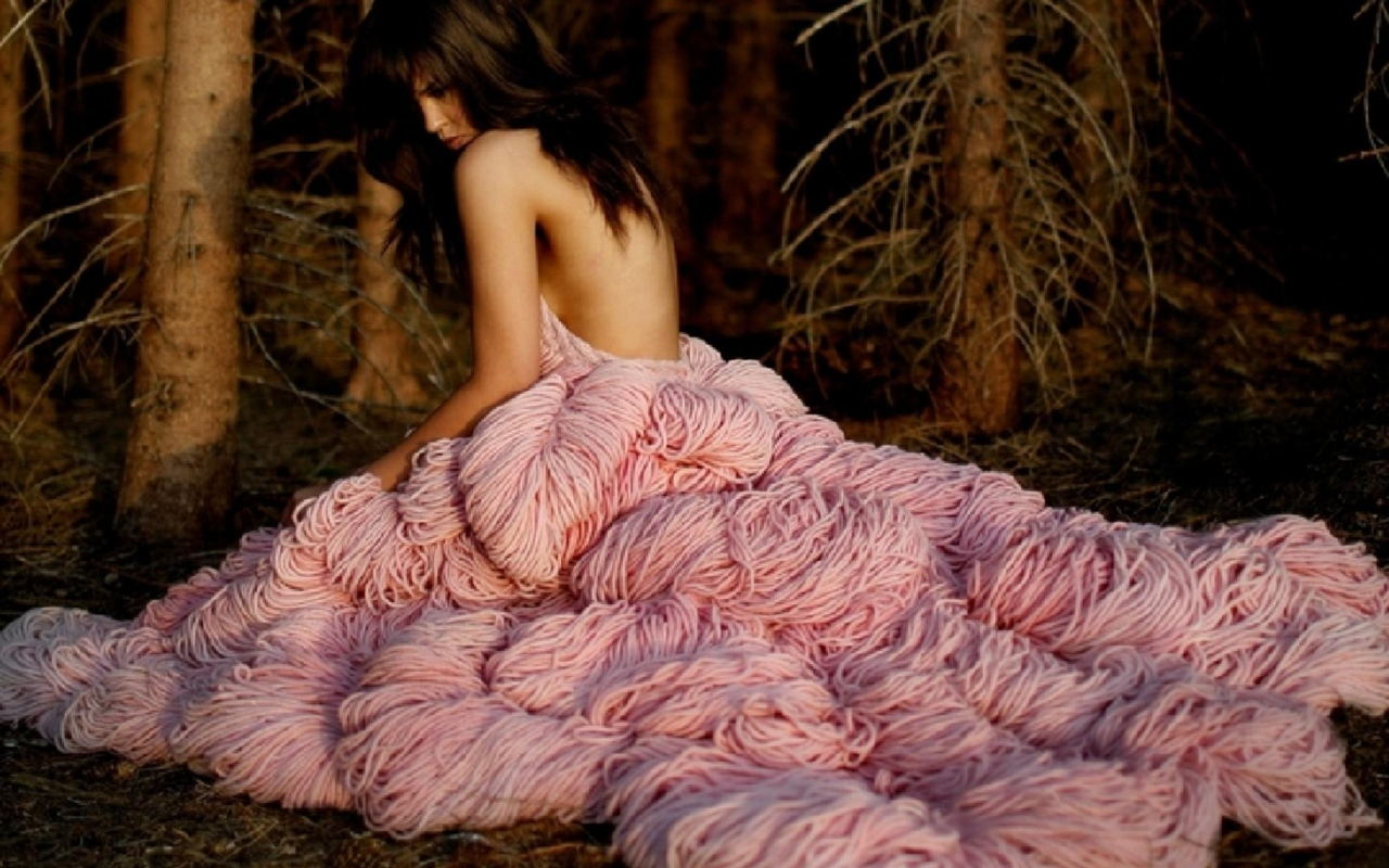 girl in extravagant pink dress в разрешении 1280x800