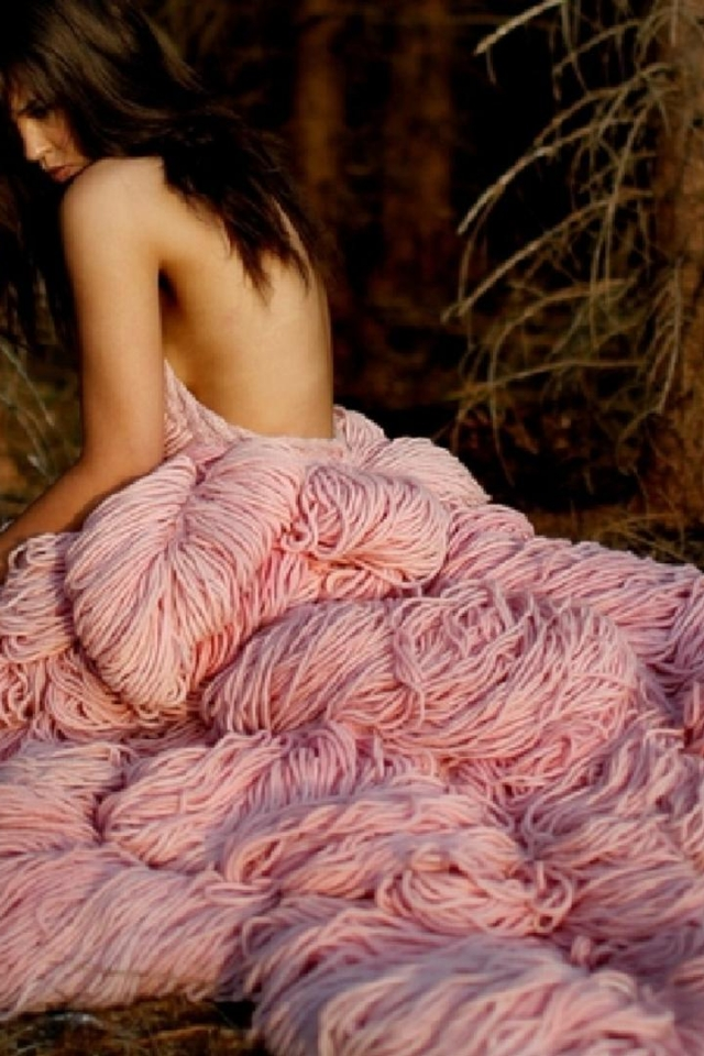 girl in extravagant pink dress в разрешении 640x960 для iPhone 4s